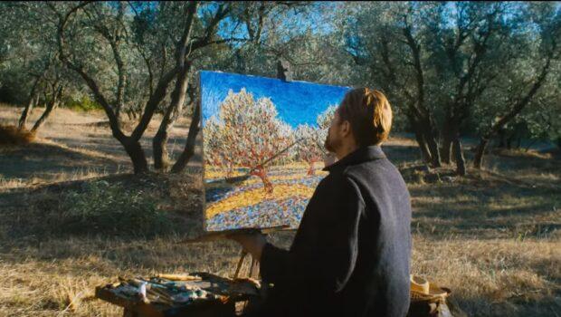 Художник сидить в саду і малює оливкові дерева. Перед ним картина, він спиною до глядача